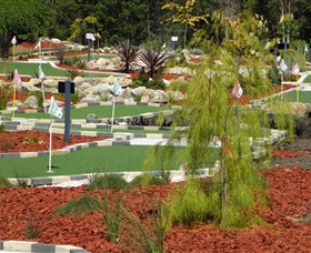 18 Hole Mini Golf - Club Husky