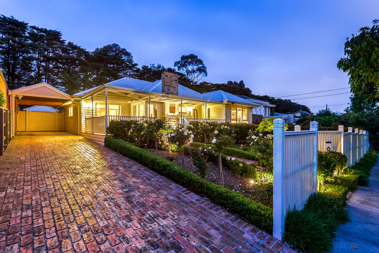 Lovely 5BR full house in Glen Waverley walk to train bus  shops - Accommodation Rockhampton